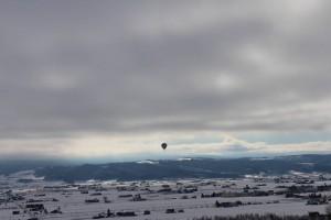 朝、空に熱気球