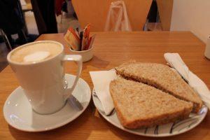 カフェオレとサンドイッチ