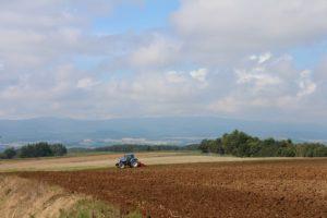 トラクターの耕す風景